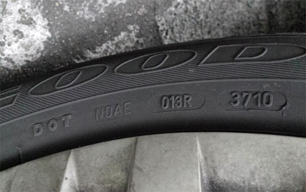 Anhand der DOT-Nummer kann das Herstellungsjahr und somit das Alter eines gebrauchten Reifens festgestellt werden.
