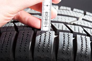 Profiltiefe von Reifen mit Lineal ausmessen und auf gesetzliche Vorgaben prüfen.