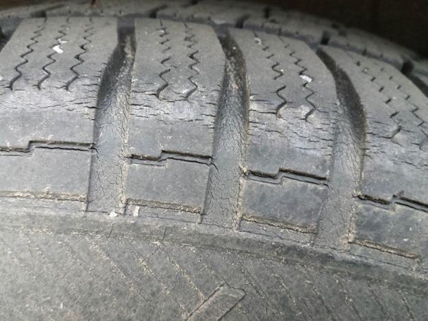 Alterungsrisse im Reifenprofil