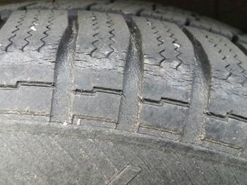 Alterungsrisse im Reifenprofil Vorschau