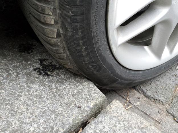 Gebrauchte Reifen wurden durch die Berührung mit Bordsteinkanten verformt und können Schäden genommen haben.