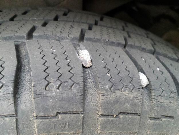 Steine sind vor der Einlagerung aus dem Reifenprofil zu entfernen